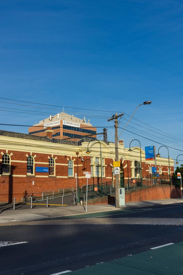 A estação de trem de Caulfield na cidade de Glen Eira é um estação de caminhos-de-ferro suburbano principal imagens de stock