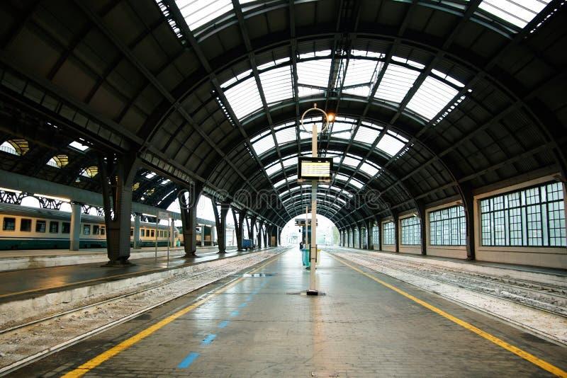 Estação de trem central de Milão Uma peça de uma plataforma do centrale de Milão da estação fotografia de stock royalty free