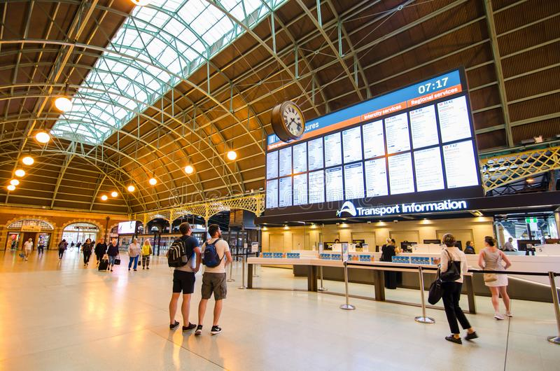 Estação de trem central no centro de informação do transporte que está mostrando o calendário na tela grande imagem de stock royalty free
