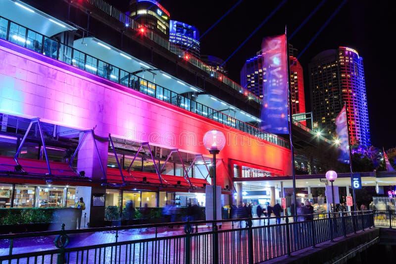 Estação de trem circular do cais, Sydney, Austrália, com 'iluminação de Sydney vívido ' fotos de stock