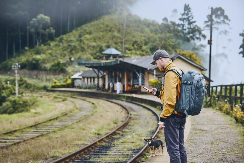 Estação de trem das montanhas nas nuvens fotos de stock royalty free
