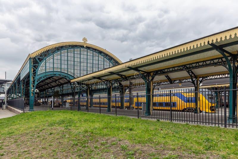 Estação de trem holandesa Den Bosch com construção e o telhado históricos imagens de stock royalty free
