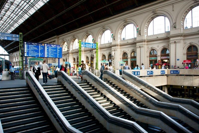 Estação de trem interna da caminhada de muitos passageiros no imagens de stock