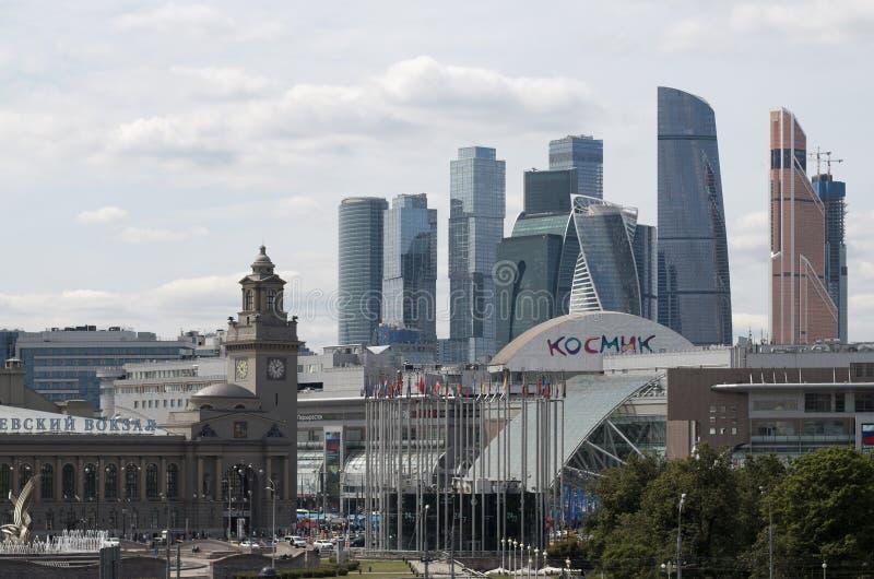 Estação de trem de Kiev, bandeiras das nações no quadrado de Europa e arranha-céus imagem de stock royalty free