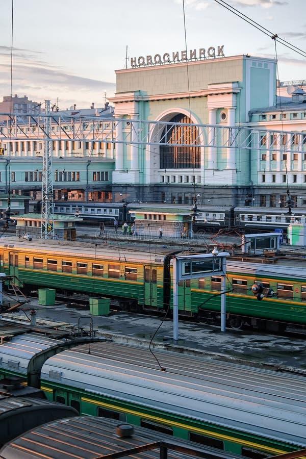 Estação de trem de Novosibirsk no crepúsculo Rússia imagens de stock