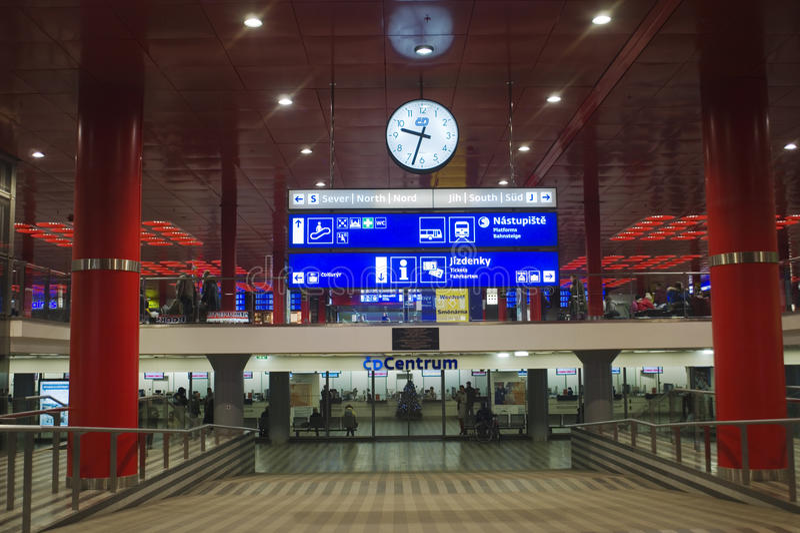 Estação de trem principal de Praga - interior fotos de stock