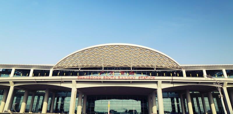 Estação de trem sul nova de Guangzhou no cantão China, construção moderna do estação de caminhos-de-ferro, terminal do trilho imagens de stock royalty free