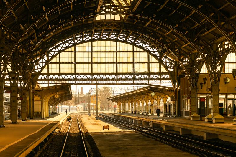 A estação de trem velha da cidade foto de stock royalty free