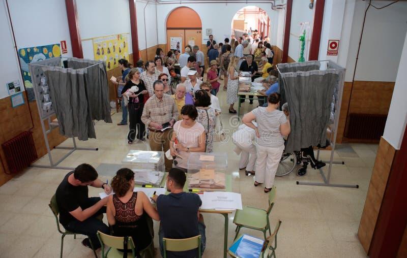 Estação de votação durante o dia de eleições na Espanha foto de stock royalty free