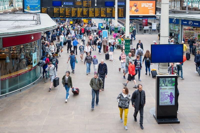 Estação de Waverley do ajuntamento com os viajantes que chegam e que partem pelo trem fotografia de stock royalty free