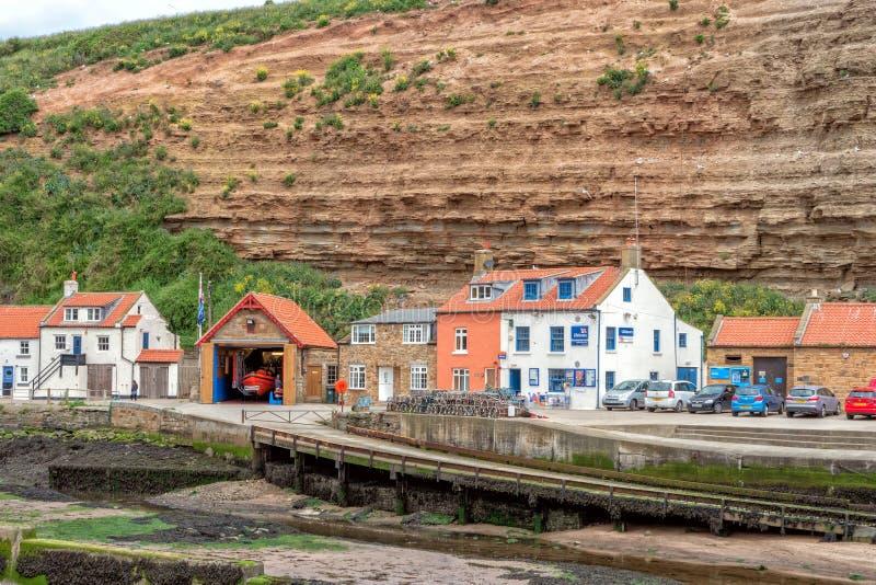 Estação do barco salva-vidas de Staithes e de Runswick, Yorkshire, Inglaterra fotografia de stock