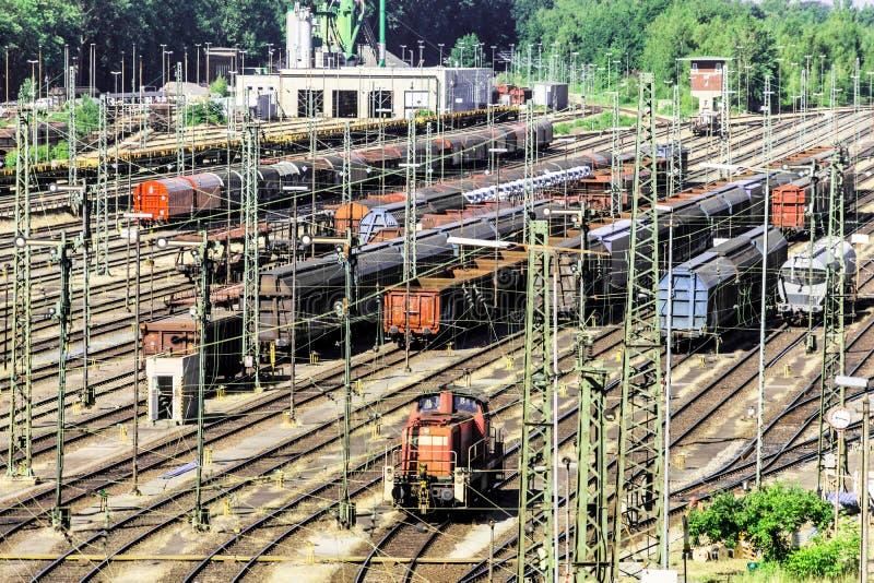 Estação do deslocamento de uma grande cidade com muitos trens de mercadorias nas trilhas imagem de stock
