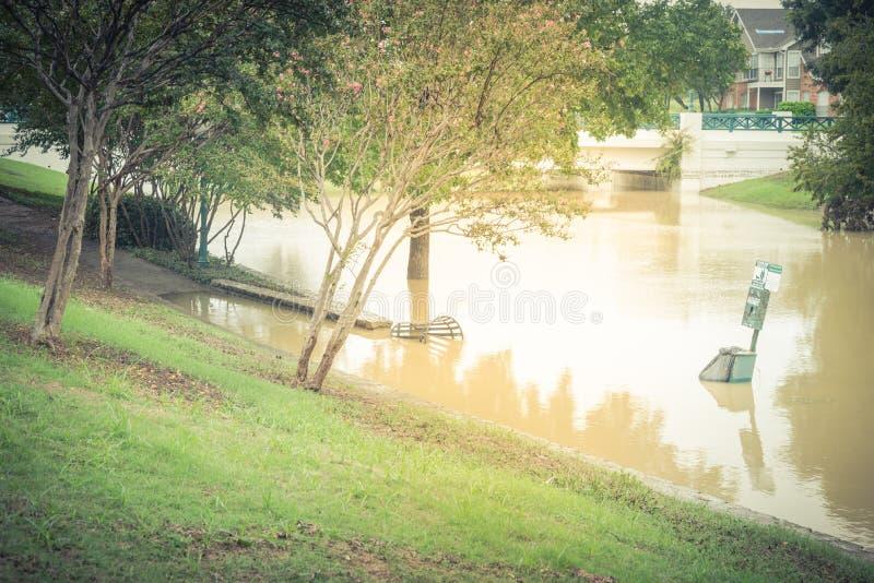 Estação do desperdício e recipiente de lixo inundados perto do bridg da inundação repentina foto de stock royalty free