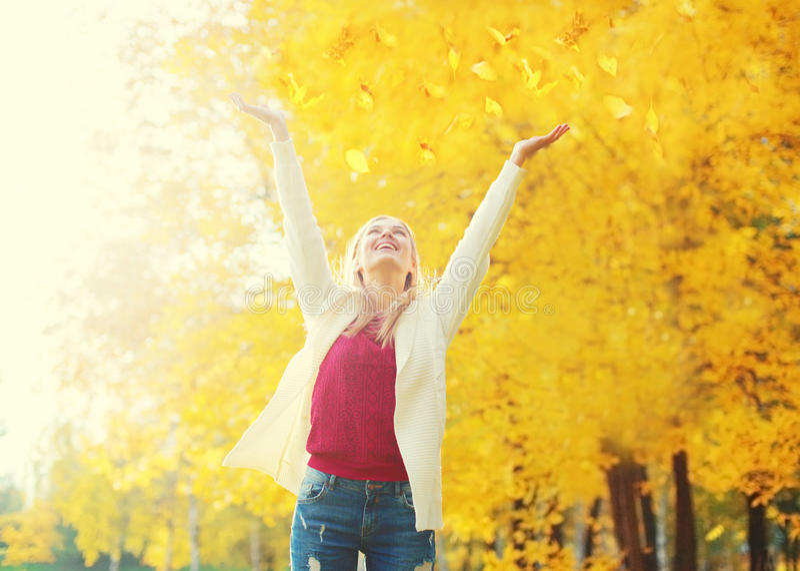 A estação do outono está aberta! Queda da folha, jovem mulher feliz da expressão que tem o divertimento em ensolarado morno imagens de stock
