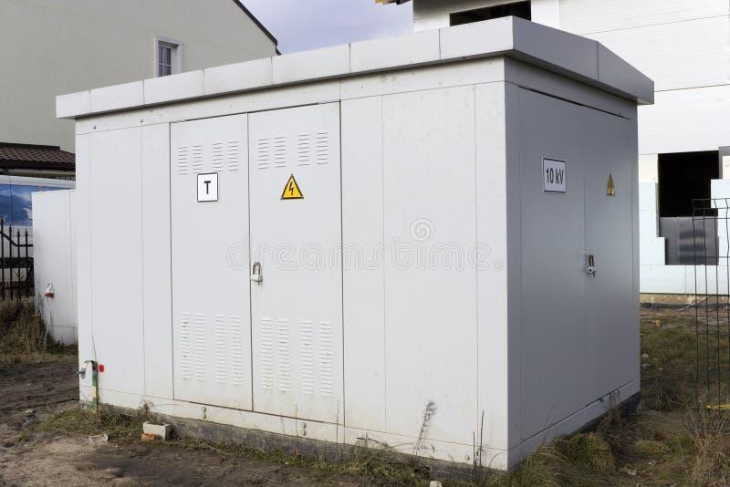 Estação do transformador para a fonte da vila foto de stock