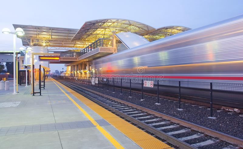 Estação e comboio da periferia de trânsito rápido fotos de stock royalty free