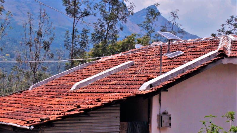 Estação indiana rural do monte das energias solares fotos de stock royalty free