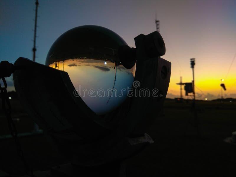 Estação meteorológica automática portátil no aeroporto de Ngurah Rai sob as nuvens de altocumulus bonitas Esta ferramenta tem uma imagens de stock royalty free