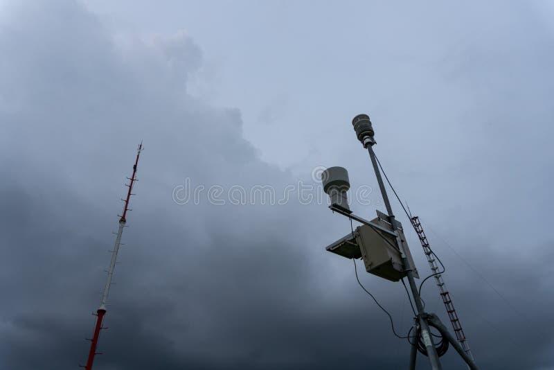 Estação meteorológica automática portátil no aeroporto de Ngurah Rai sob as nuvens de cúmulo-nimbo escuras assustadores Esta ferr imagens de stock