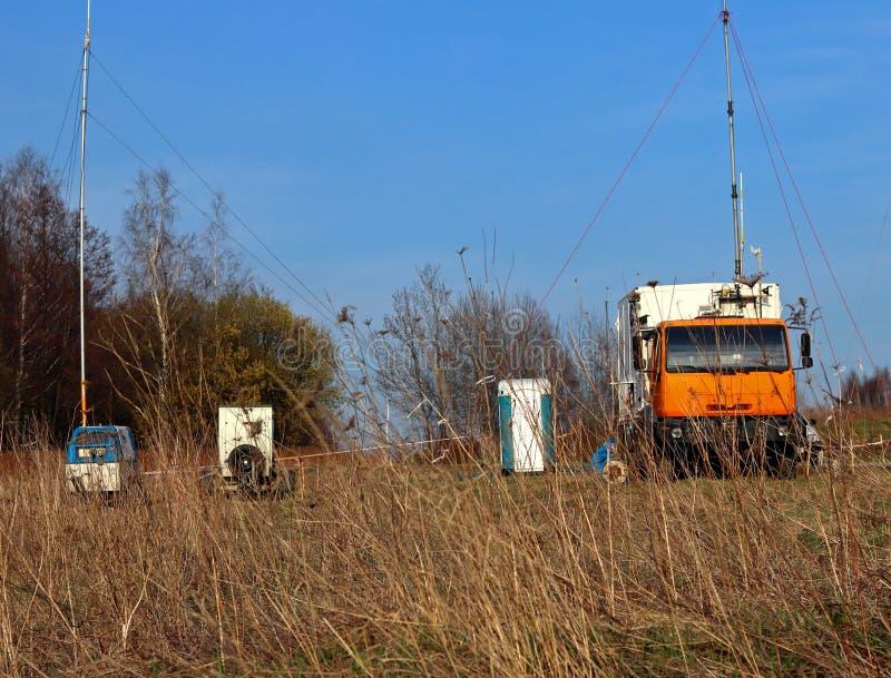 Estação meteorológica móvel que trabalha na estrada no ambiente natural Diagnósticos do especialista do acampamento do carro Prev fotografia de stock royalty free