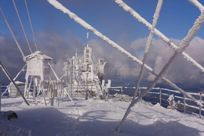 Estação meteorológica no inverno imagem de stock royalty free