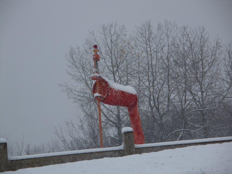 Estação meteorológica vermelha brilhante durante o inverno fotografia de stock royalty free
