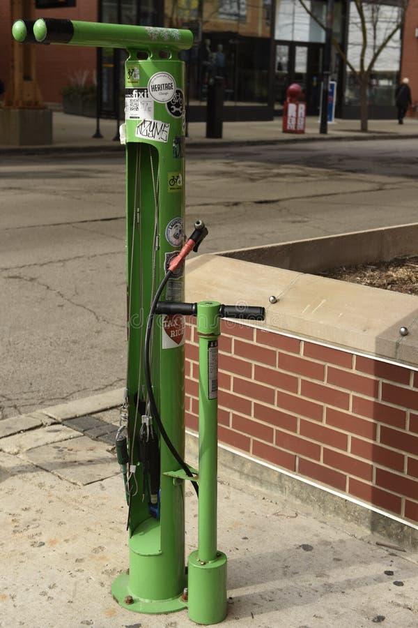 Estação pública do reparo da bicicleta fotos de stock