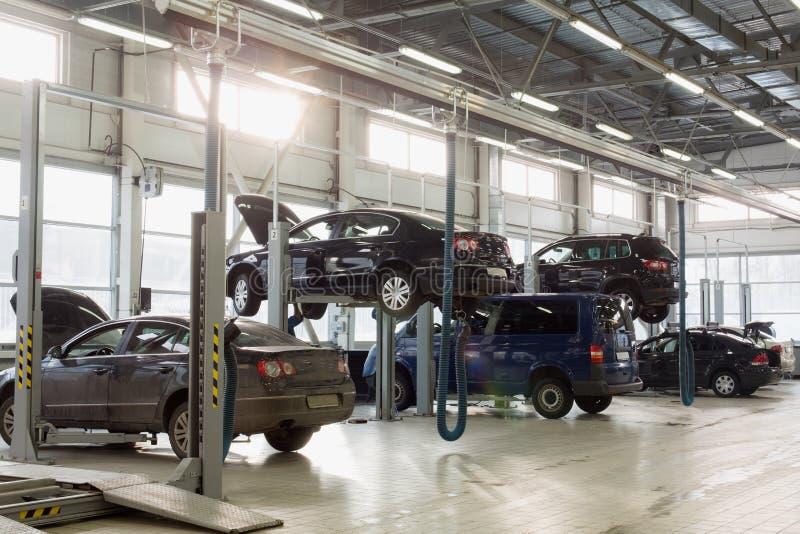 Estação para veículos de manutenção com carros fotos de stock royalty free