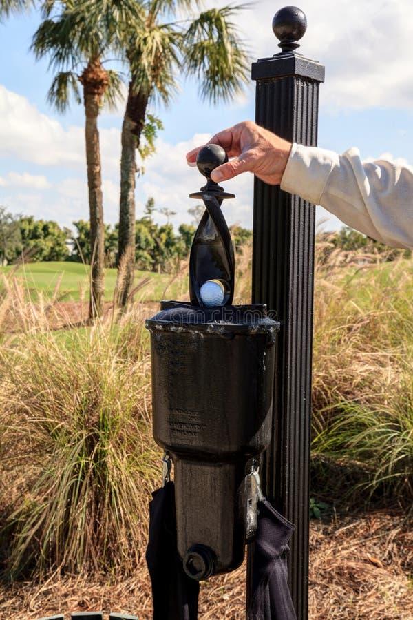 Estação preta do líquido de limpeza da bola de golfe foto de stock royalty free