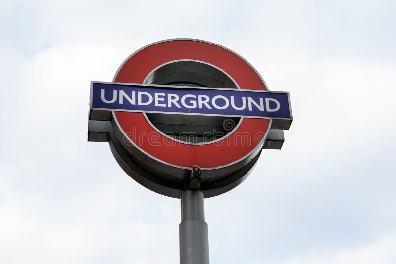 A estação subterrânea assina dentro Londres imagem de stock royalty free