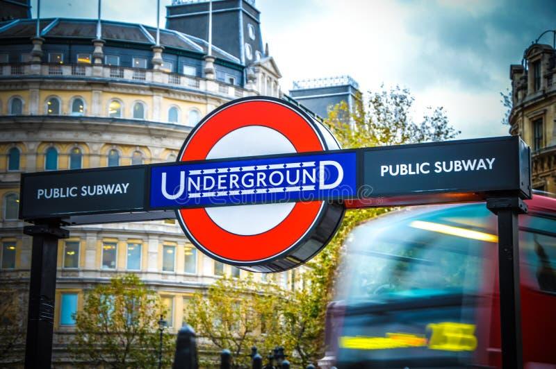 Estação subterrânea de Londres com um ônibus fotografia de stock royalty free