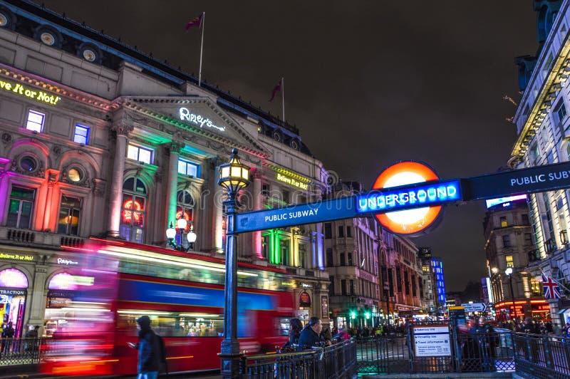 Estação subterrânea de Londres durante a noite imagens de stock royalty free