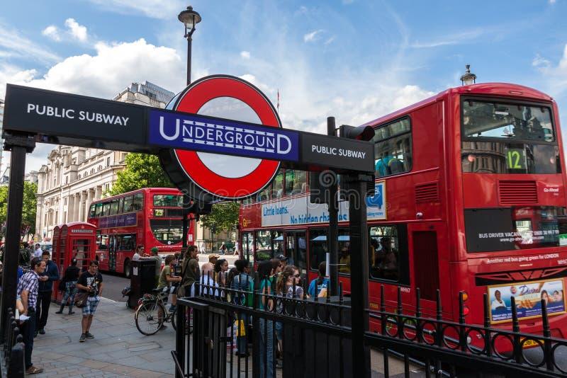 Estação subterrânea de Londres e ônibus vermelho em Trafalgar Square imagens de stock royalty free