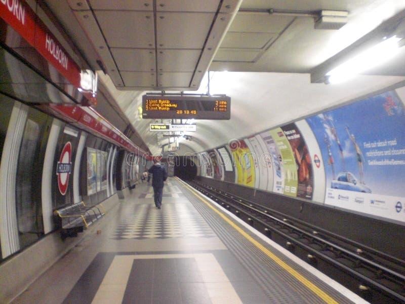 Estação subterrânea na cidade de Londres em Inglaterra em Europa com um passageiro trens e transporte dos povos imagens de stock