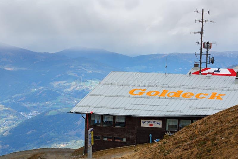 Estação superior Pendelbahn do teleférico de Goldeck com o restaurante Os cumes, Áustria imagem de stock royalty free