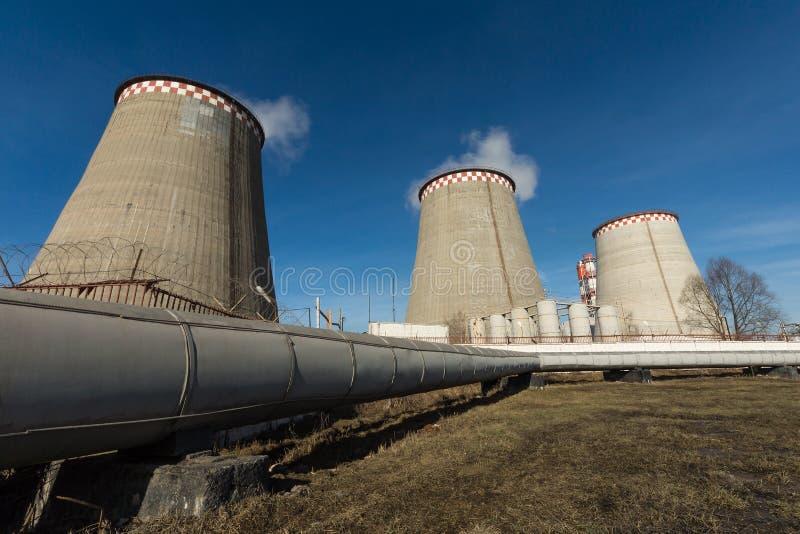 Estação térmica no fundo do céu azul fotos de stock