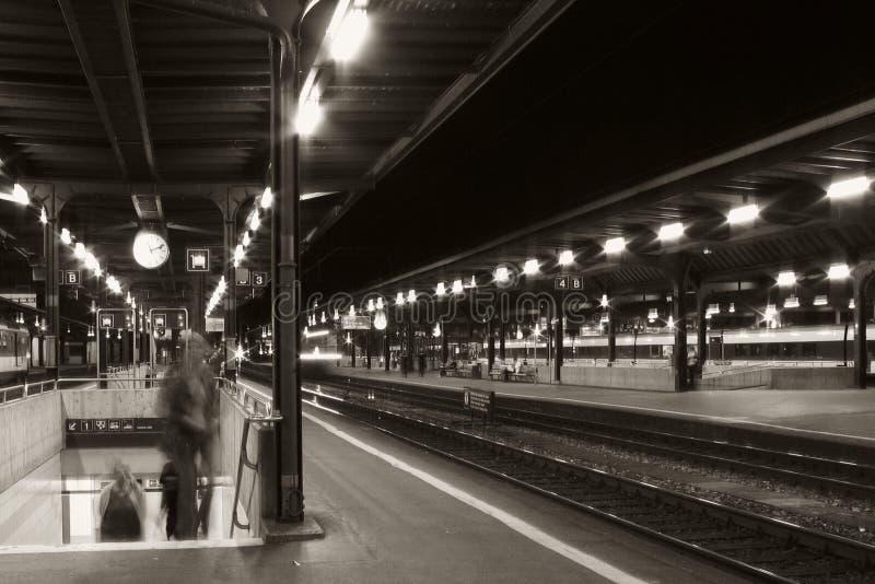 Download Estação de trem na noite foto de stock. Imagem de railroad - 60360