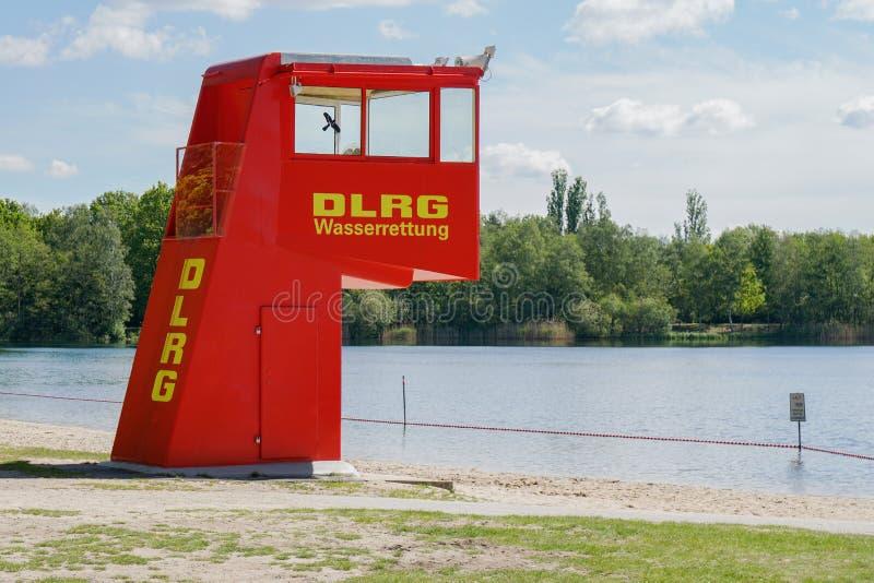 Estação vermelha vibrante ou torre da salva-vidas em banhar o lago em Alemanha fotos de stock