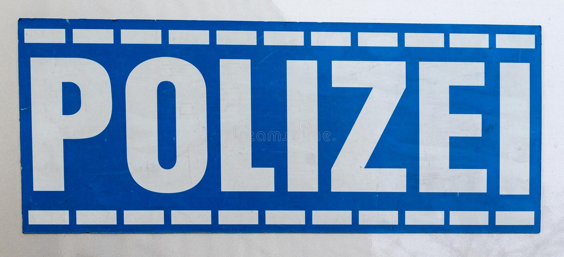 ESTA??ES CENTRAIS, MUNICH, O 6 DE ABRIL DE 2019: c?pia alem?o azul da pol?cia em um carro de estacionamento fotos de stock