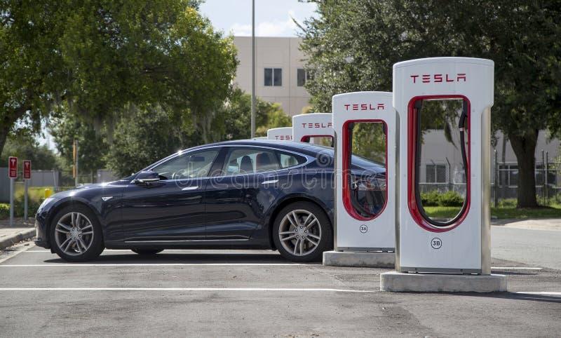 Estações de carregamento de Tesla do Turnpike de Florida imagens de stock royalty free