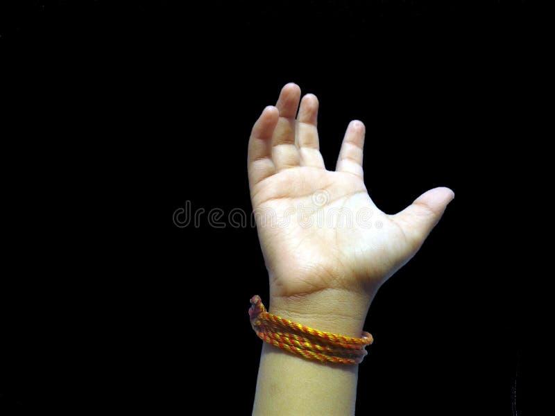 Esta é a imagem da mão da criança com fundo feliz do preto do trajeto fotos de stock royalty free
