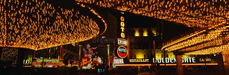 Esta é parte da tira em Las Vegas conhecido como a experiência da rua de Fremont Há umas luzes de néon que iluminam acima a tira  foto de stock royalty free
