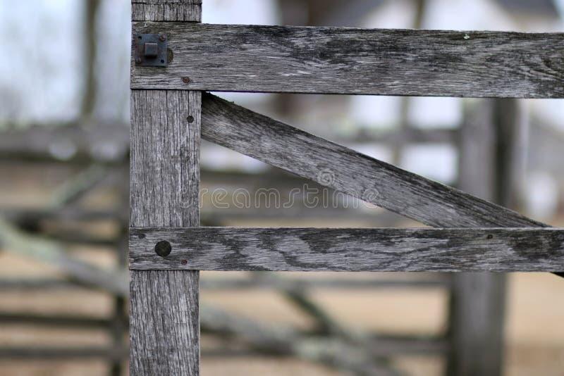 Esta é a porta a uma cerca de madeira velha imagem de stock royalty free