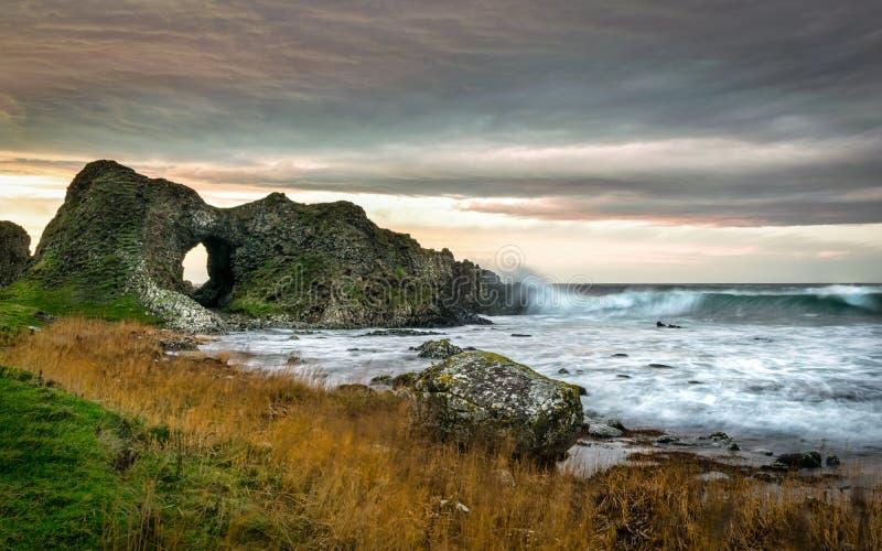 Esta é uma imagem de um dos arcos do mar em Ballintoy na costa de Antrim em Irlanda do Norte Isto foi tomado imediatamente antes  imagens de stock
