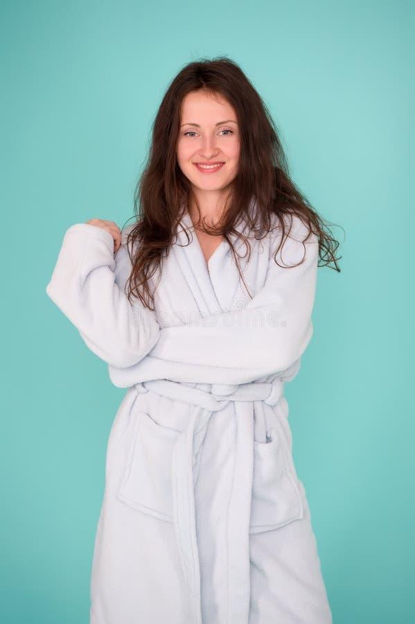 Esta albornoz se adapta a su belleza natural Mujer sensual después del tratamiento de la belleza y de la terapia de la salud Muje imagen de archivo