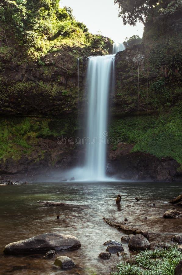 Esta cascada hermosa conocida comúnmente como SHUKNACHARA CAE foto de archivo libre de regalías
