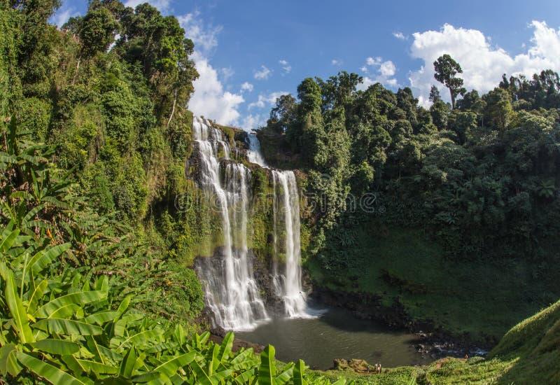 Esta cascada hermosa conocida comúnmente como SHUKNACHARA CAE foto de archivo