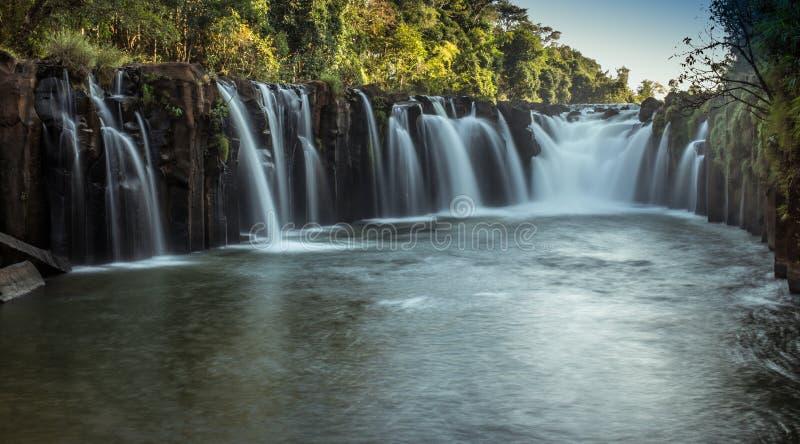 Esta cascada hermosa conocida comúnmente como SHUKNACHARA CAE fotografía de archivo libre de regalías