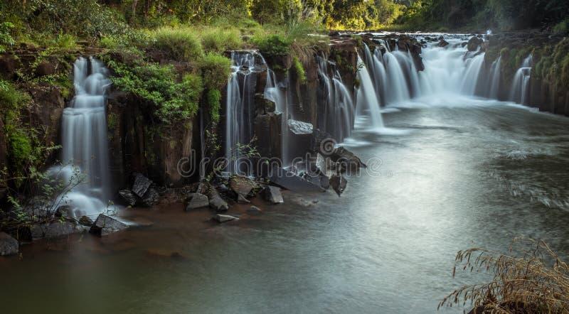 Esta cascada hermosa conocida comúnmente como SHUKNACHARA CAE fotos de archivo
