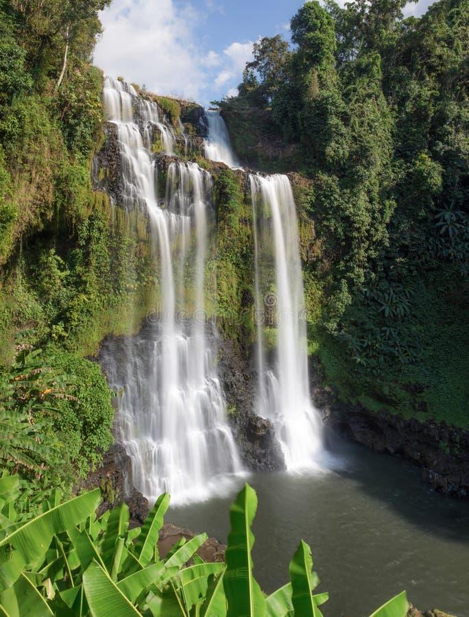 Esta cascada hermosa conocida comúnmente como SHUKNACHARA CAE imagen de archivo